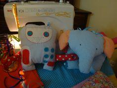 Naninhas em robô e elefante