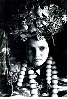 Художник-фотограф Жан Безансено (1902-1992) длительное время изучал костюмы и наряды иудеев Магриба и оставил множество фотографий одеяний и украшений берберок и евреек. Все фото были сделаны в первой половине 20 века. Здесь можно немного ознакомиться с его деятельностью:…