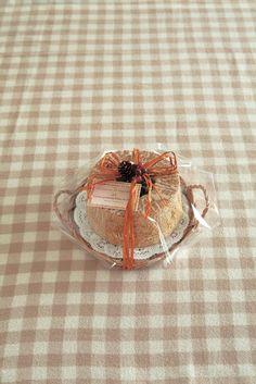 シフォンケーキは柳のトレイにレースペーパーを敷いてホールのままラッピング。袋からだして、そのままテーブルへ。/今月はこれ使お!(「はんど&はあと」2013年11月号)