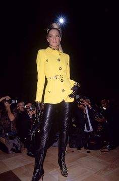 Carla Bruni in leather pants and studded boots at the Rock N Rule Versace show in Chanel Fashion Show, 90s Fashion, Retro Fashion, Runway Fashion, Versace Fashion, 90s Models, Runway Models, Atelier Versace, Gianni Versace