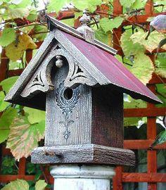 schönes Futterhaus für Vogel aus Holz