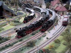 Model Trains, Toy Trains, Train Ho, Model Train Layouts, Round House, Train Tracks, Locomotive, Scale Models, Planer
