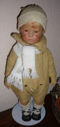 Käthe Kruse pop nr 1  circa 1910/1915 Een mooie vroege Käthé Kruse puppe1 met brede heupen en drie kopnaden. Hij heeft stralen-irissen in zijn bruine ogen en aangenaaide duimen. Hij is volkomen orgineel met Käthé Kruse kleertje. Hij is gemaakt circa 1910/1915, dit is te zien aan de stof die door de verf schijnt. Al met al een mooi bespeelde pop van Käthe Kruse.  Hij is 43 cm groot.