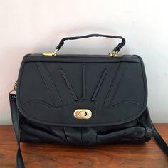 Sac cartable cuir noir// porté main ou bandoulière// vintage //70s par LesPtitesPepees sur Etsy https://www.etsy.com/fr/listing/267458264/sac-cartable-cuir-noir-porte-main-ou