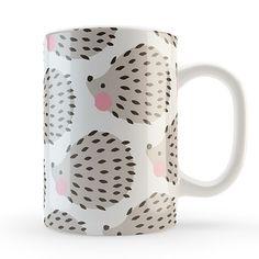 Taza de porcelana blanca estampada con los erizos más famosos y achuchables de Charuca. Seguro que se convertirá en tu taza preferida, esa que...