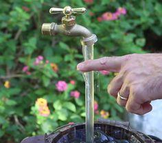 Hvordan lage en magisk fontene for hagen din Homemade Water Fountains, Diy Garden Fountains, Garden Pots, Fountain Garden, Garden Crafts, Diy Garden Decor, Garden Projects, Magic Fountain, Diy Water Fountain