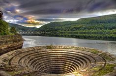 Waterhole missing its main element - Ladybower reservoir, England - Pixdaus Derwent Valley, Kingdom Of Great Britain, Desktop Pictures, Places Of Interest, English Countryside, Derbyshire, Countries Of The World, Amazing Architecture, Trip Planning