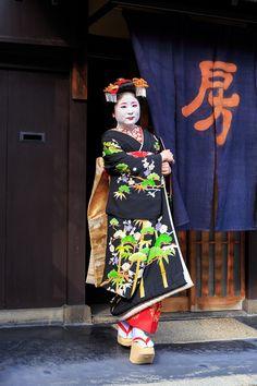 振袖少女 This formal coordinate owned by Fukushima okiya (Gion Kobu) is for junior maiko, and has been worn by Ayano and Shino. The hikizuri is black in color and has five crests. This type of kimono, called kuromontsuki, is of the highest formality, and are only worn for special occasions. This kimono is also appropriate for the misedashi ceremony, where an extra red date-eri will be worn. Misedashi of Shino 2/25/2014 by K.W.C.