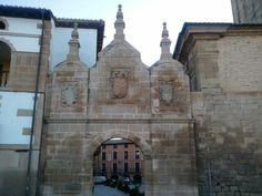 Por fin en Los Arcos. Portal de Santa María.  Una de las puertas de acceso a Los Arcos.  Vestigio de la muralla medieval.
