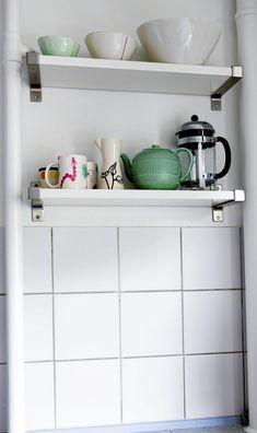 Vegghyllene er fine til utstyr som man �nsker � ha lett tilgjengelig. Hyllen Antonius og hylleknektene Ekby Bj�rnum er fra Ikea. Den gr�nne tekannen er arvet, resten av keramikken er fra Stilleben, Anne Black.