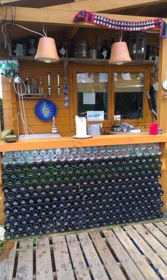 bar/mur de bouteilles de vin (vides)