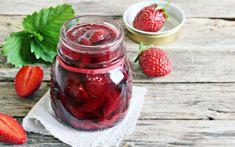 Σπιτικό γλυκό του κουταλιού φράουλα – Newsbeast Strawberry Jam Recipe, Jam Recipes, Crepes, Pickles, Rum, Vodka, Salsa, Mason Jars, Deserts