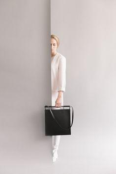 Minimalist Bags - My Minimalist Living Luxury Handbags, Fashion Handbags, Purses And Handbags, Fashion Bags, Unique Purses, Cute Purses, Photography Bags, Product Photography, Minimalist Bag