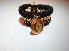 Colección In Love, en color negro con San Benito engastado + broche en forma de timón con baño de oro 18k