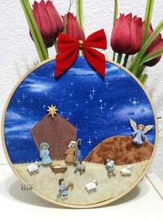 Pesebre con botones y bastidor. Christmas Wood, White Christmas, Christmas Crafts, Christmas Ornaments, Clothes Worksheet, Cds, Mary And Jesus, Button Crafts, Portal