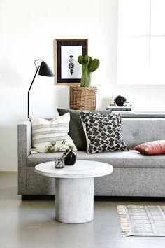 Dette sofabordet er røft, men med runde former, og er laget i fiberbetong.   Modellen heter Gallery og kommer i to utgaver – dette er det høyeste med målene Ø 65 x H 45 cm. Fra House Doctor, 3061 kr hos Trendbazaar.no.