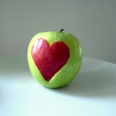 Make a heart with a cookie form out of a red and a green apple, then you put the red heart in the green apple. (in Spanish, English, and German)