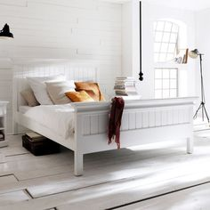 Decorate your room in a new style with murphy bed plans Cama Murphy Ikea, Superking Bed, Modern Murphy Beds, Modern Beds, Modern Contemporary, White Painted Furniture, Murphy Bed Plans, Decorating Rooms, Quartos