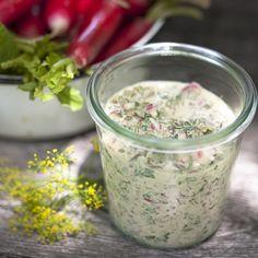 Trempette d'herbes fraîches et radis - Châtelaine