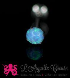Opale synthétique griffée et labret en acier chirurgical 316L se fermant par un pas de vis interne.
