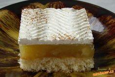 Upéct piškot ze 4 vajec, polít jablkovým pudinkem, vychladlé zdobit šlehačkou.<br>75 dkg rozkrájenýc...