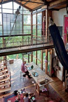 MONTREUIL-SOUS-BOIS (SEINE-SAINT-DENIS), ARCHITECTE : FRANÇOIS-XAVIER ALLARD. L'extension reprend le volume de l'existant pour offrir un nouvel espace de vie lumineux et haut de plafond, à l'opposée des pièces intimistes d'origine. La façade sud, entièrement vitrée, avance sur le jardin piégeant la lumière. À découvrir dans le numéro 63 d'Architectures à vivre. Année 2005 / bâti d'origine 1950 / 130 m2 shon / structure bois, acier / bardage bois, acier Corten / couverture bac acier / ...