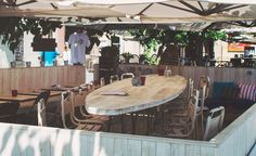 Surf House Barcelona... es una cafetería cerca del mar, en la Barceloneta, pero con sabor californiano. Para la barriga sirven batidos, yogures con toppings, ensaladas, hamburguesas, burritos, sándwiches o zumos naturales. Si vienes animado, preparan cócteles deliciosos con nombres como Fiji Freaming, Japan Mary o Galáctico SHB. Para tu cuerpo serrano, organizan campeonatos de voley playa y sesiones de running o surf.