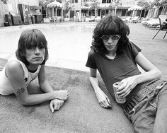 Dee Dee and Joey Ramone sitting by the pool Joey Ramone, Ramones, Punk Rock, 70s Punk, New Wave, Rockn Roll, Dee Dee, The Clash, Music Icon