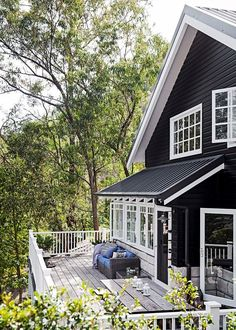 Star style: Tara Denniss beautiful riverside home Exterior . I like the black on the fascia it minimizes the white yet still lets it pop. The post Star style: Tara Denniss beautiful riverside home appeared first on Landhaus ideen. Beach Cottage Style, Coastal Style, Beach House Decor, Modern Coastal, Exterior Colors, Exterior Design, Riverside House, Black House Exterior, Coastal Homes