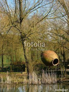 Feuchtbiotop mit altem Löschteich in einem kleinen Dorf im Teutoburger Wald in Währentrup in Ostwestfalen-Lippe