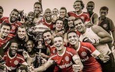 FORLAN CAMPEON. El uruguayo se consagró con el Inter de Porto Alegre como mejor de la primera rueda del torneo Estadual de Rio Grande do Sul.  Diego Forlán aparece en la foto con sus compañeros y la Copa en pleno festejo.