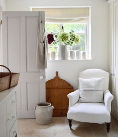 Good Photographs white Farmhouse Lighting Tips Nothing says welcome home much better than farmhouse style Its earthy color scheme rustic ch Country Look, Country Style Homes, French Country Style, French Country Decorating, Cottage Style, White Cottage, White Farmhouse, Farmhouse Style, French Farmhouse