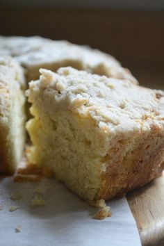 Cardamom Crumb Cake ~ this moist and pillowy New York style crumb cake takes coffee cake to a whole new level with the subtle warmth of cardamom. Köstliche Desserts, Delicious Desserts, Yummy Food, Baking Recipes, Cake Recipes, Dessert Recipes, Cardomom Recipes, Cardamom Cake, Cardamon Cookies