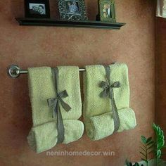 Creatively Easy Decorative Towels For Bathroom Ideas Having a bathroom which looks and feels so inviting is surely every homeowner's dream. It's such an important thing to make a beautiful bathroom since it holds an important role Read more… Folding Bath Towels, How To Fold Towels, Hand Towels, Guest Towels, Bathroom Towel Decor, Bath Decor, Bathroom Ideas, Christmas Bathroom Decor, Bathroom Rack