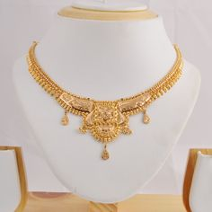 The perfect Indian attire accessory Gold Ring Designs, Gold Earrings Designs, Gold Jewellery Design, Gold Jewelry, Gold Necklace, Simple Necklace Designs, Cameo, Gold Set, Gold Bangles
