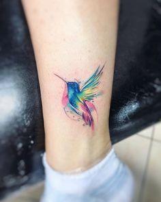 28 Ideas For Tattoo Watercolor Hummingbird Ink Arm Tattoo, Hand Tattoos, Wörter Tattoos, Feather Tattoos, Trendy Tattoos, Tattoos For Guys, Tattoo Bird, Raven Tattoo, Tattoo Mom