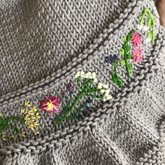 I picked this project up again and once more I'm marveling at how satisfying it is to see these freestyle embroidered flowers appear. The pattern is my #entrechatshrug knit up in @millamia_sweden. I skipped the textured band and used it as a canvas. Should I continue all the way up the fronts? Or just do a small motif on each front? .......................................#frogginette #entrechatkal #embroidery #knittersofinstagram #babyknits #stricken #strikkedilla #tricot #tejer…
