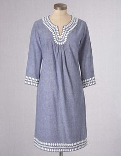 Love the crisp, resort feel of a tunic dress. Even with skinny white jeans underneath.