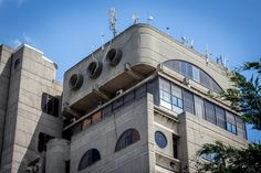 Brutalistyczna architektura Skopje z epoki odbudowy po trzęsieniu ziemi - budynek Poczty Macedońskiej