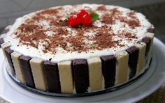 A Torta de Bis com Sorveteé super fácil de fazer e fica deliciosa. É perfeita para quem não tem muita prática na cozinha ou para quem quer fazer algo rápi