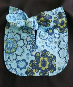 With some stitching and folding, this oddly shaped pattern piece becomes a cute patch pocket. Love Sewing, Sewing For Kids, Baby Sewing, Hands Tutorial, Bow Tutorial, Flower Tutorial, Cute Patches, Sew On Patches, Sewing Clothes