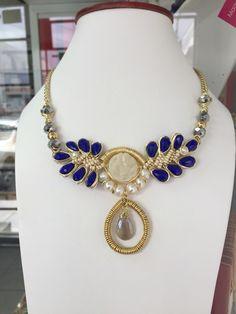 Collar hecho a mano con druzy, perlas, cristales y calcedonia con terminación diamante.