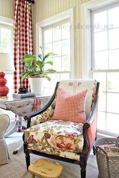 Savvy Southern Style : The Sun Room Spring 2014 Country Family Room, French Country Living Room, Country Farmhouse Decor, French Cottage, Country French, Family Rooms, French Style, Cottage Style, Sunroom Decorating