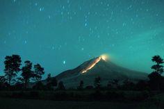 Lawa spływająca po zboczu wulkanu Sinabung, sfotografowana z wioski Berastepu w Karo - http://www.tvn24.pl/zdjecia/zdjecie-dnia,31565.html