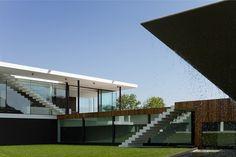 Vale Do Lobo est situé dans la région d'Algrave au Portugal. La beauté du site a amené la construction de nombreuses résidences secondaires de luxe, de palaces, de Country Club et de golfs. L'architecte Vasco Viera a apporté sa contribution à ce resort avec une villa d'un nouveau genre.