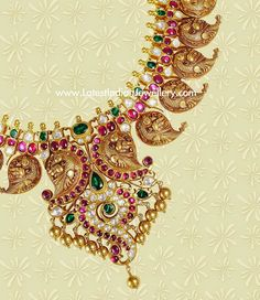 This 22 karat Indian gold traditional necklace with paisley or mango design crafted with peacock design in each. Studded with precious rubies, emeralds and uncut polki diamonds shree Mango Mala Jewellery, Antic Jewellery, Antique Jewellery Designs, Indian Jewellery Design, Gold Earrings Designs, Temple Jewellery, Bridal Jewellery, Indian Wedding Jewelry, Indian Jewelry