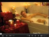 Romantyczna atmosfera znika kiedy kobieta niechcący spierdziała się w wannie na oczach swojego mężczyzny. http://www.smiesznefilmy.net/spierdziala-sie-w-wannie #wpadka #romantico #SmieszneFilmy