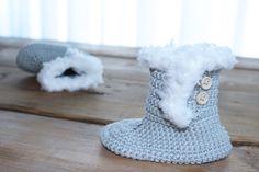 Lekkere warme voetjes voor je kindje. Met een zacht fluffy randje voor extra warmte. Haak ook de bijpassende muts!