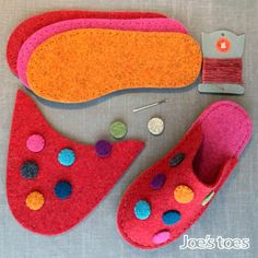 Make your own Dotty slippers! Joe's Toes Dotty slipper kit includes all the parts you need for making your own slippers in cozy wool felt with cute spot design.Joe's Toes knitted Sam Slipper Kit use your own yarn and Joe's Toes soles . This kit to ma Sewing Slippers, Knitted Slippers, Crochet Shoes, Fuchsia, Felt Diy, Diy Arts And Crafts, Needle And Thread, Hand Crochet, Diy Design