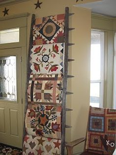 A handy display idea. Just turn a section of picket fence on it's side! DIY picket fence as a quilt rack . how darling! Quilting Room, Quilting Tips, Quilting Projects, Diy Projects, Machine Quilting, Quilt Ladder, Barn Quilts, Appliqué Quilts, Blanket Ladder